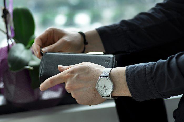 5 lucruri care nu trebuie sa-i lipseasca barbatului din portofel